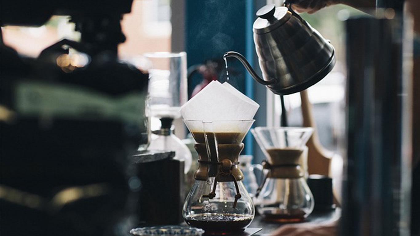 Proses penyeduhan kopi | Foto: ahlikopilampung.com