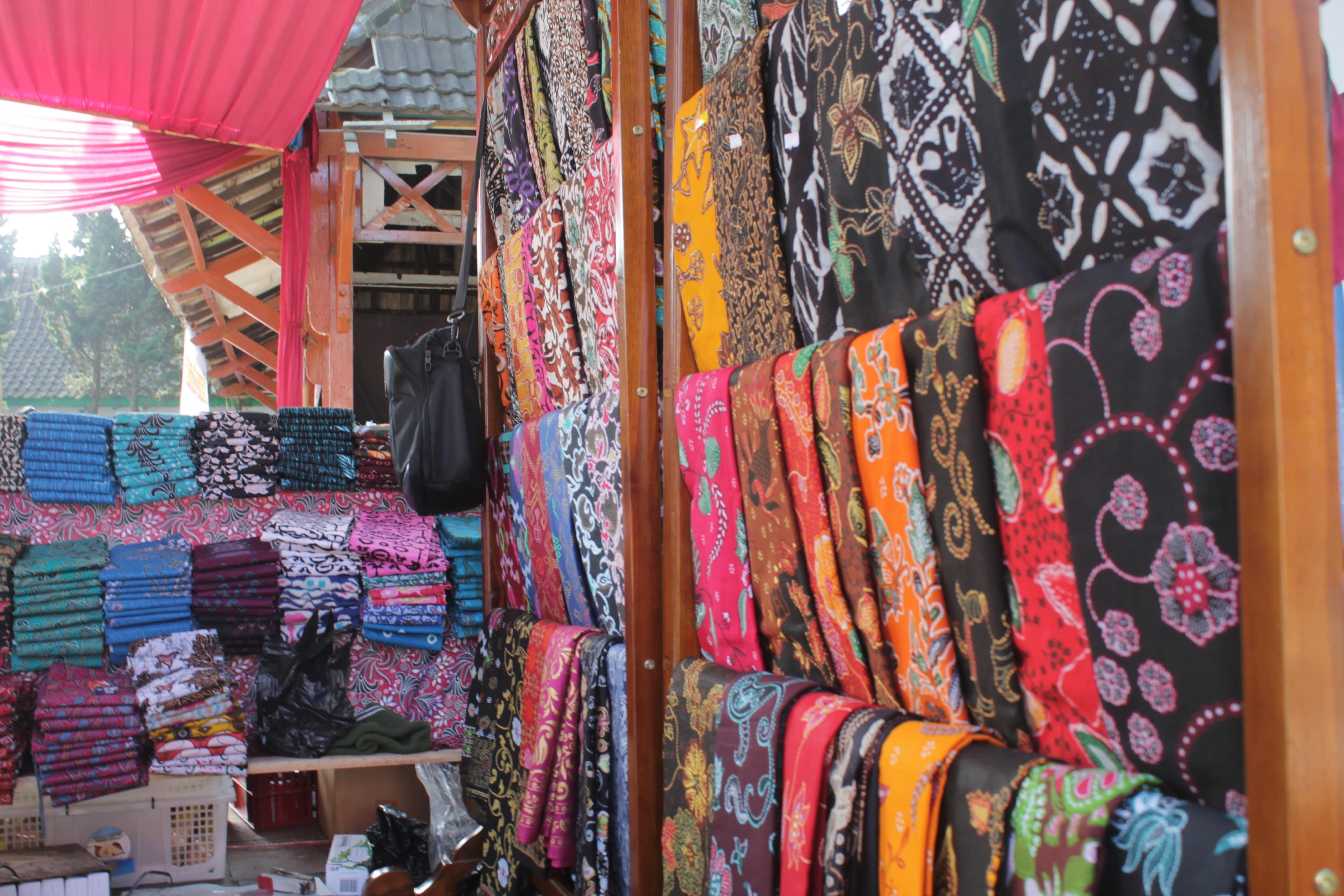 Stand UKM yang menjual batik Banjarnegara