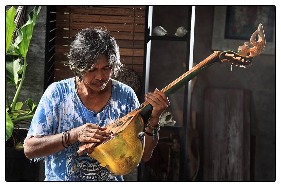 Usni Mariosha ketika Memainkan Gambus