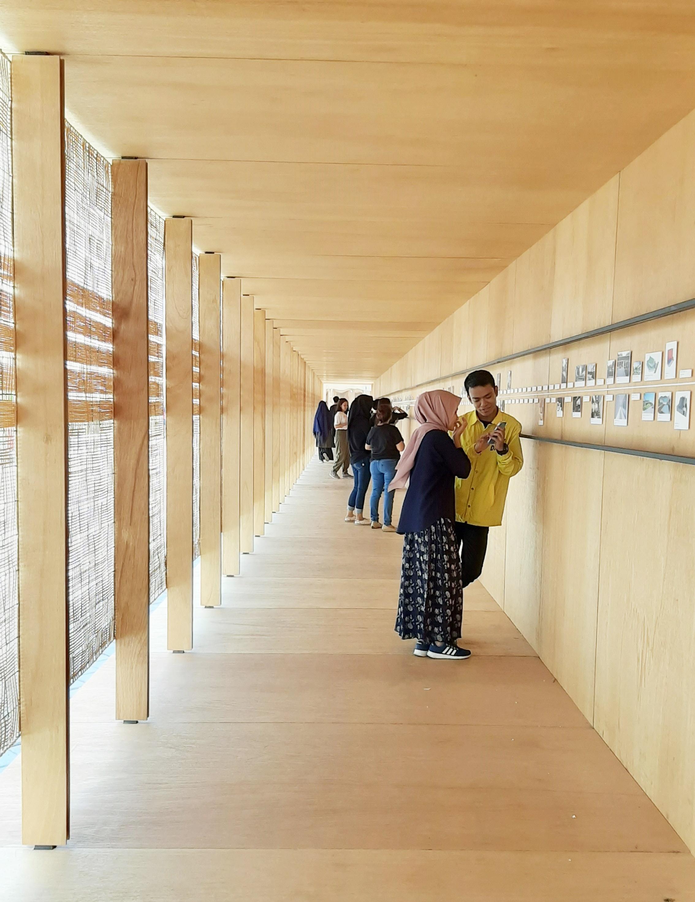 lorong pintu utama yang berisi linimasa karya