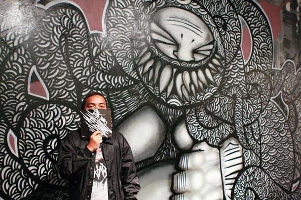 Darbotz dengan karya muralnya © divertone.amayaperdanakreasindo.com