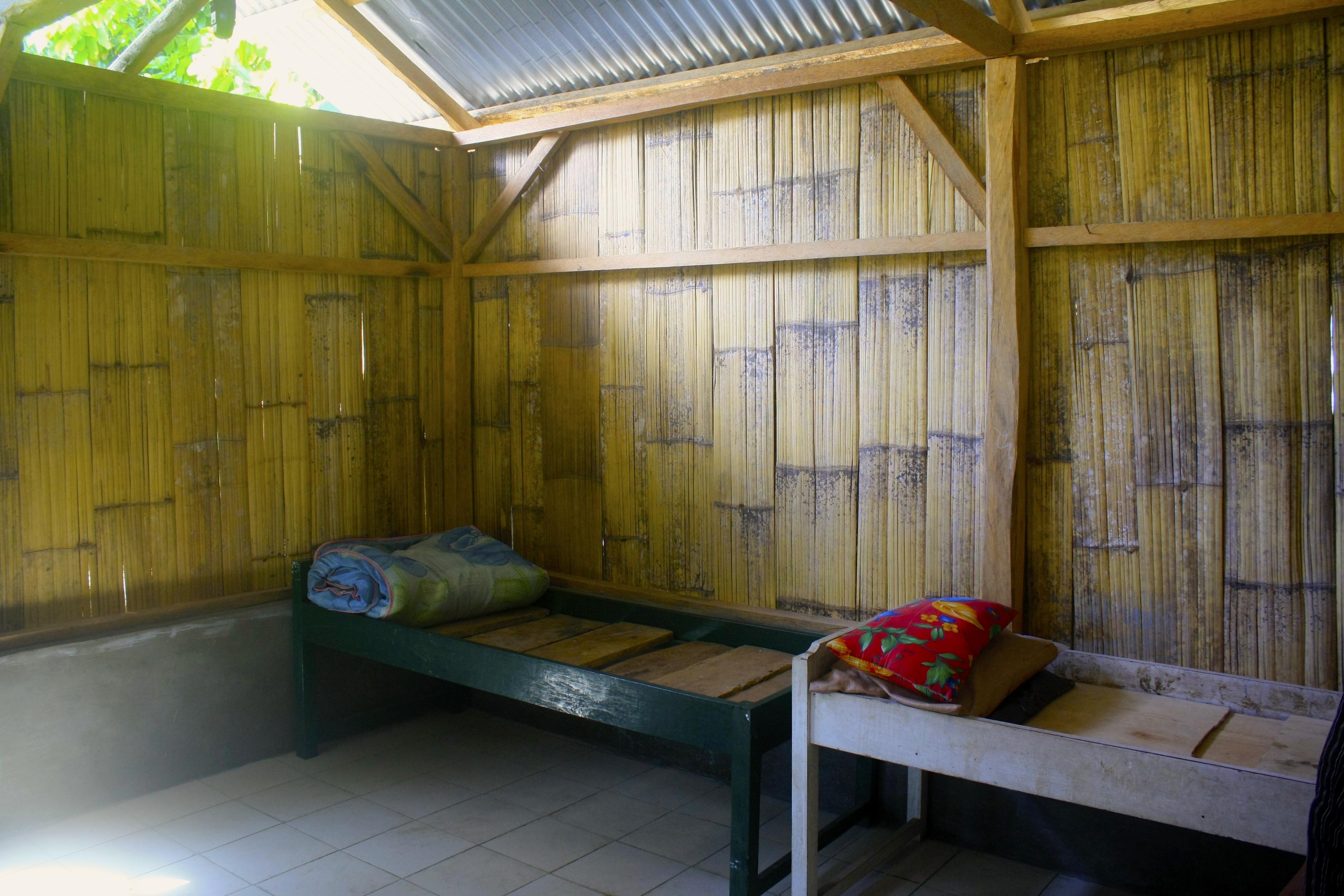 Interior rumah tunggu di Puskesmas Nangapanda masih sangat sederhana. Walau demikian, ruangan ini cukup nyaman dan memadai bagi ibu yang menunggu waktu persalinan.
