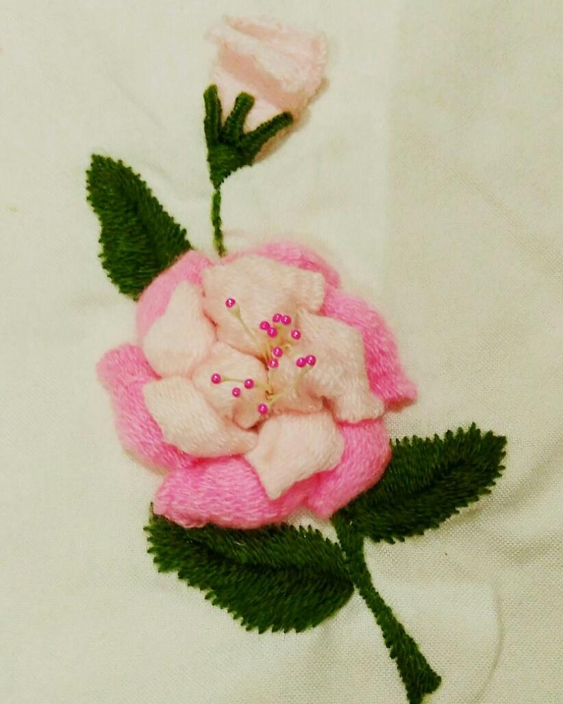 Contoh sulam sisir berbentuk bunga dengan kelopak timbul