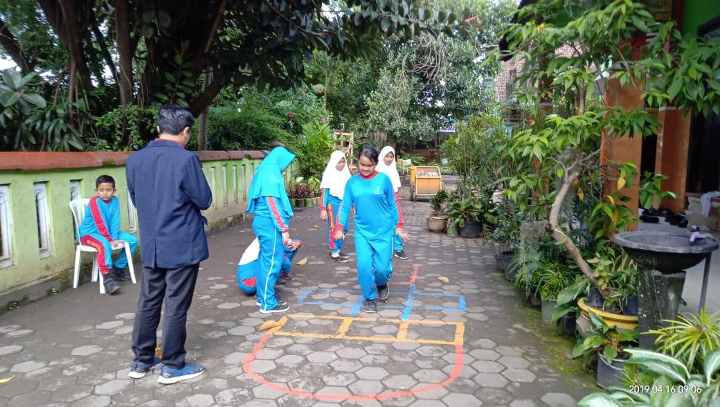 Siswa terlibat antusias dalam memainkan salah satu permainan yang terdapat dalam TIGER