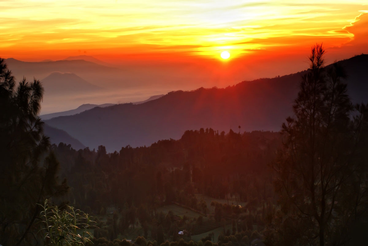 Panorama Gunung Bromo Saat Terbit Fajar
