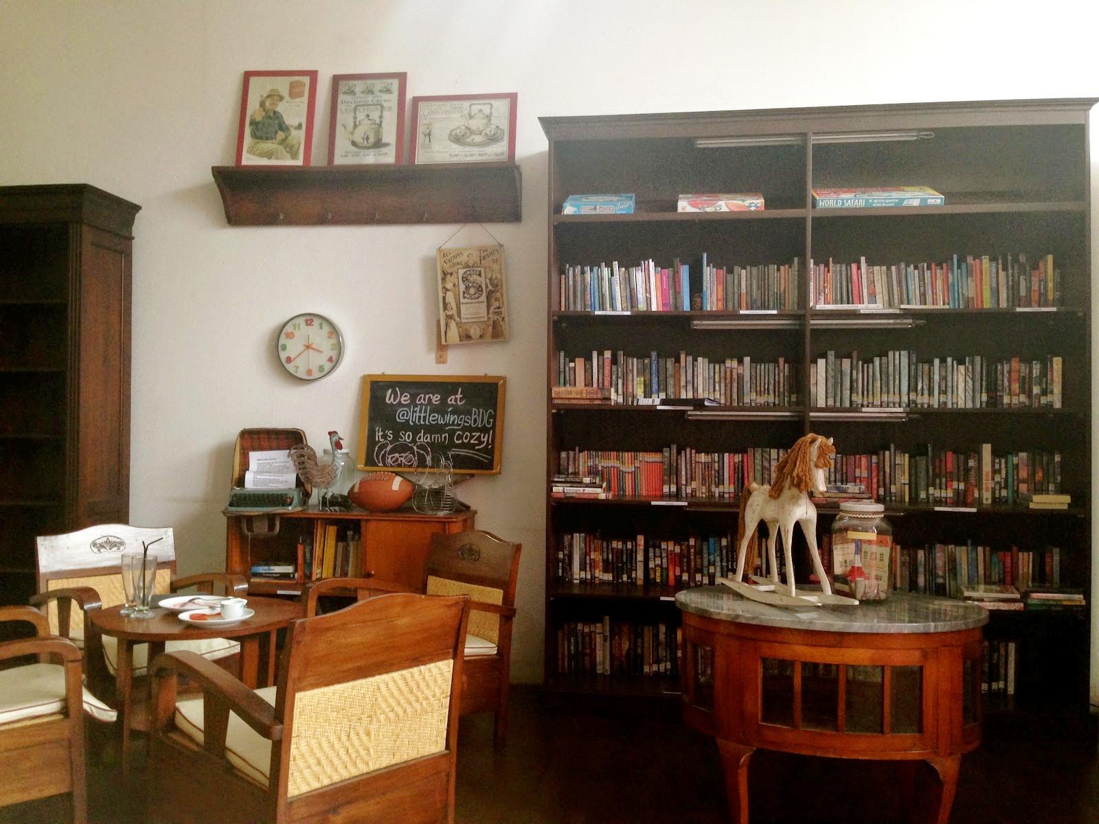 Tampak bagian koleksi buku Little Wings Book Cafe via tripadvisor.com