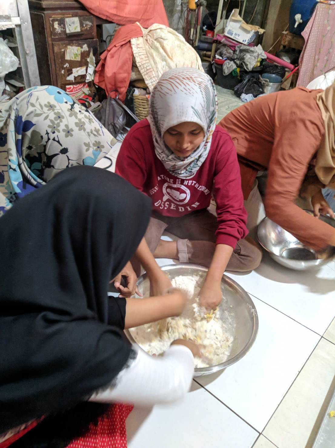Mengolah tepung mocav bersama remaja desa