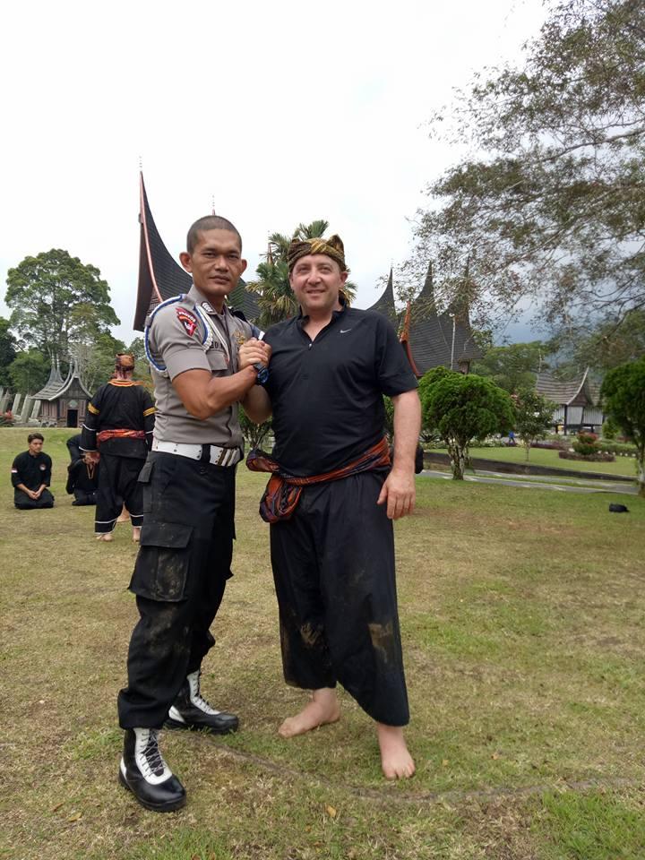 Bripka. Dedi Kurnia Putra, SE bersama salah satu peserta Internasional Minangkabau Silek Retreat