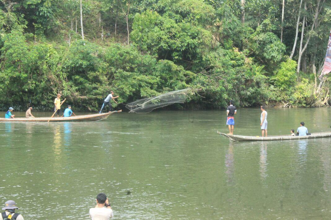 Pelemparan Jala ke Lubuk Larangan. Foto : Erwin dan Dodi Rasyid