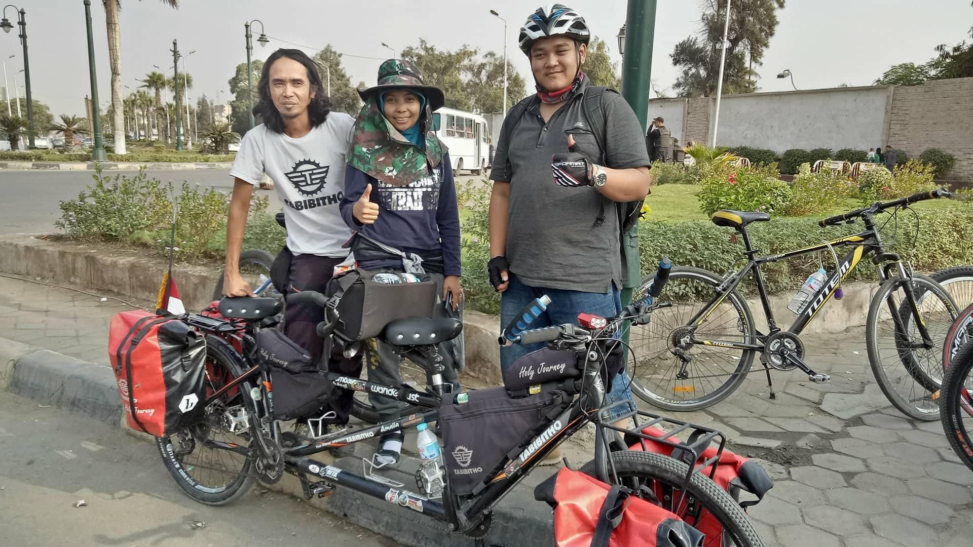 Penulis dan Hakam sempat berbincang dengan pasangan hebat ini saat acara Fun Bike di Kairo.
