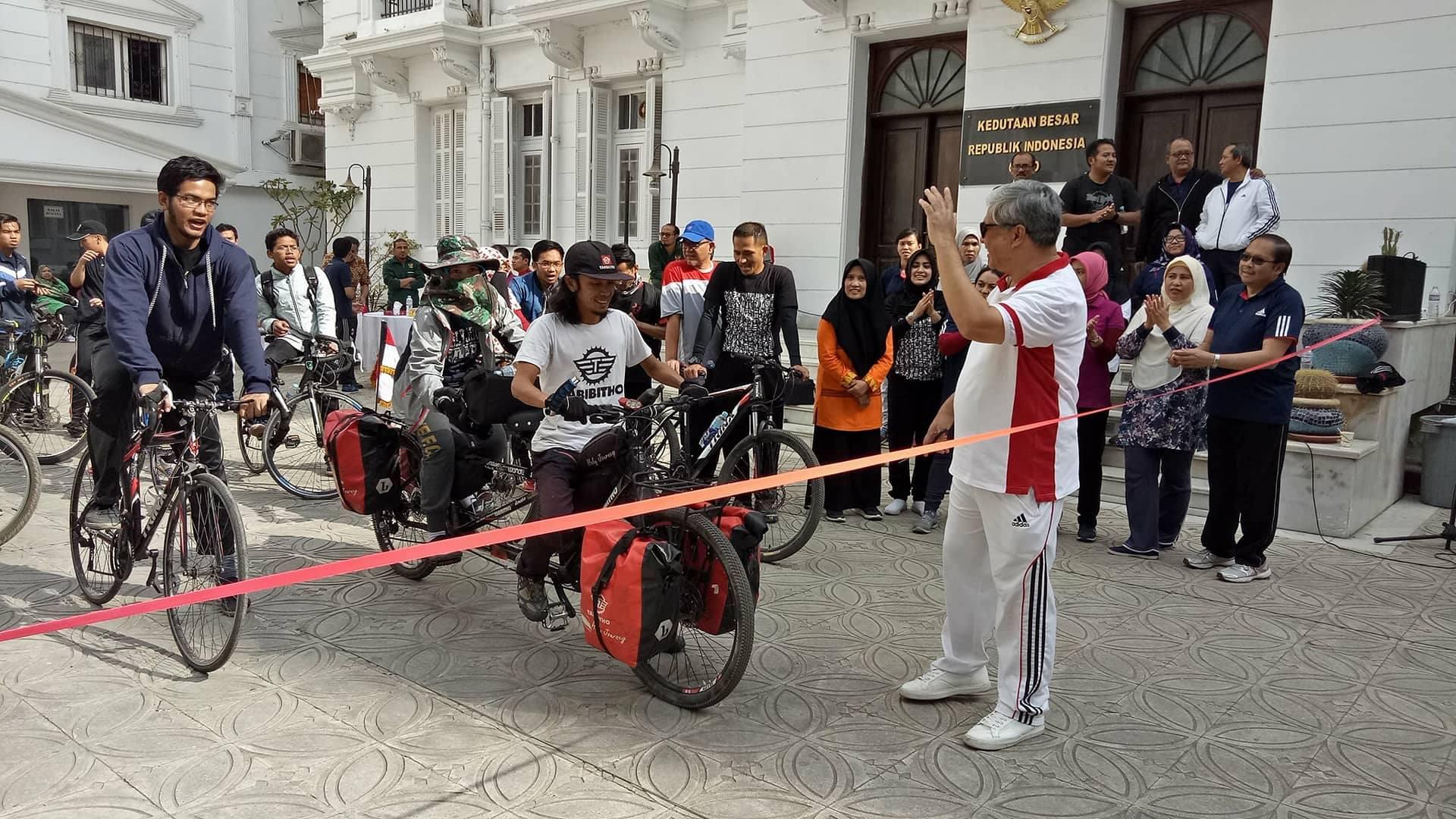 Hakam dan rombongan Fun Bike dilepas oleh Duta Besar RI untuk Mesir, Helmy Fauzi.