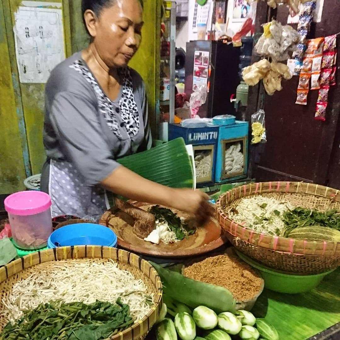 Ilustrasi penjual rujak cingur | Foto: sampang.web.id