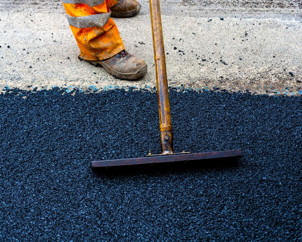 Proses penghamparan aspal | Foto: beritagar.id