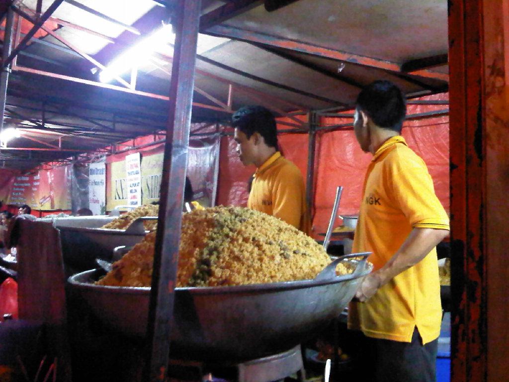 Proses pembuatan nasi goreng | Foto: ksmtour.com