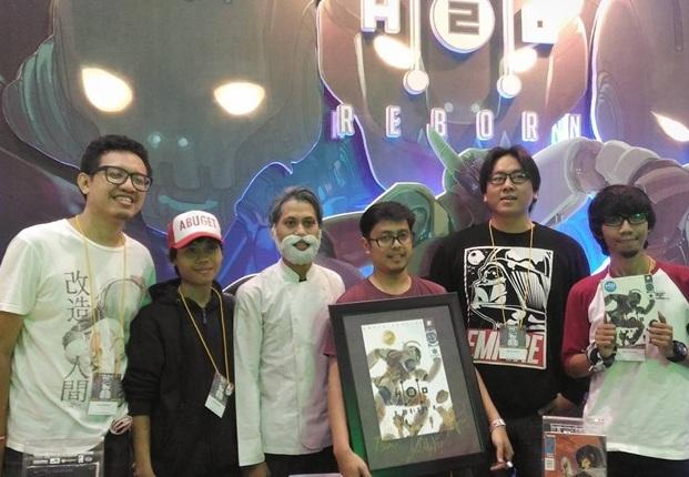 Tim H2O:Reborn dan Tim Teater Pesawat Kertas berfoto bersama setelah H2O:Reborn dianugrahi penghargaan Comic of The Year di Popcon Asia 2017