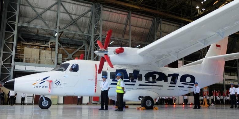 Pesawat turboprop N219 saat di-roll-out di hangar PT Dirgantara Indonesia (PT DI) di Bandung, Jawa Barat. (kompas.com)