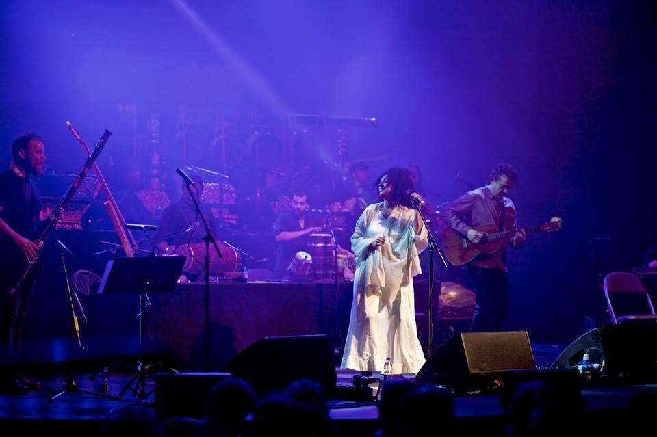 Susheela Raman dalam penampilannya bersama Ghost Gamelan Orchestra ( source : Susheela Raman Official Facebook)