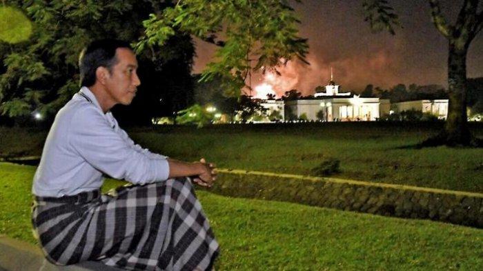 Dalam kesehariannya pun, presiden kerap memakai sarung. Salah satunya adalah ketika beliau menyambut tahun baru 2017 di istana negara ©tribunnews