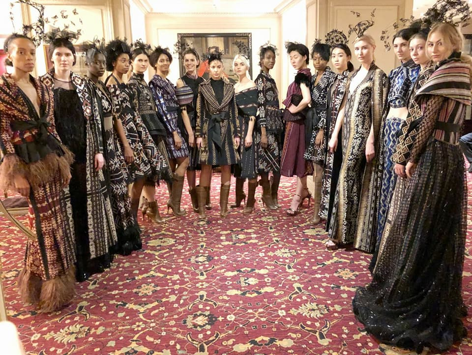 para model yang memeragakan busana tenun NTT di Paris Fashion Week (©Defrico_audy)