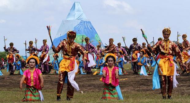 Tarian Rai Saida untuk memperingati 2 abad kabupaten Dompu dan 200 tahun meletusnya Gunung Tambora di Savana Doro Ncanga, Desa Doro Peti, Dompu, Nusa Tenggara Barat, April 2014 silam (tempo.co)