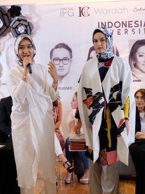 Desainer Dian PElangi ketika menunjukkan salah stau karyanya yang akan dibawa di NYFW 2018 (kompas.com)