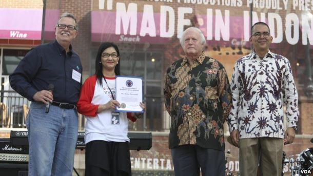 Pihak Acha Productions ketika menerima penghargaan dari pemerintah Montgomery (sumber : voaindonesia.com)