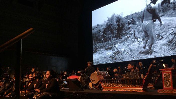 Kolaborasi budaya timur dan barat ditampilkan lewat gamelan dan orkestra (australiaplus.com)