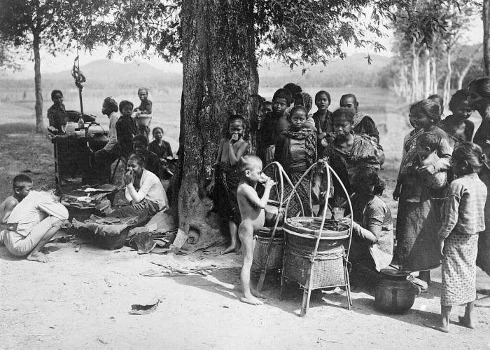 Pedagang Kaki Lima tempo dulu (sumber :  Collectie Tropenmuseum, wikimedia.org)