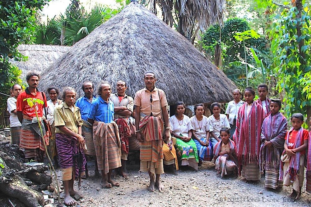 Masyarakat Boti di depan rumah adat (source : floresexotictour.info)