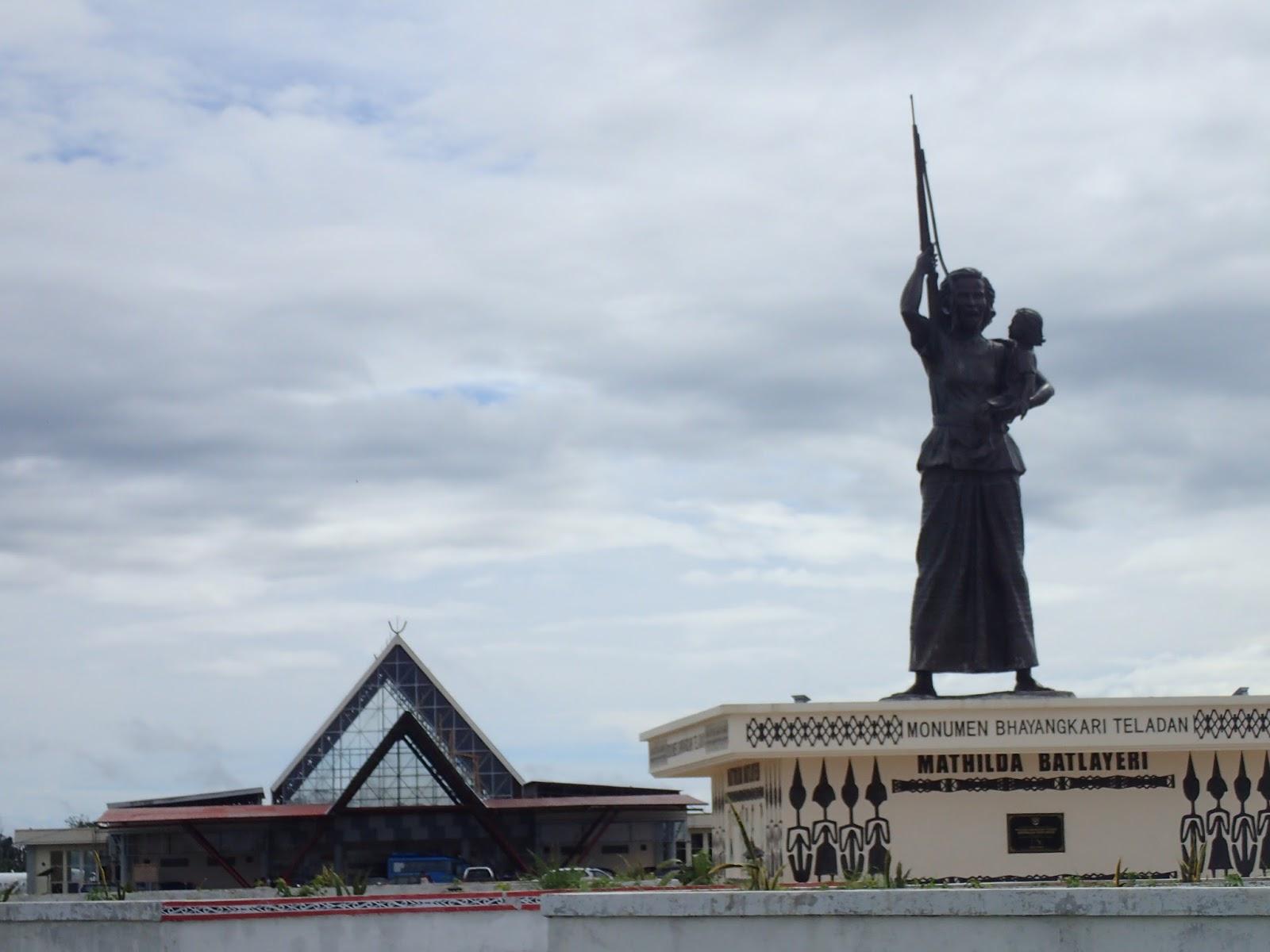 Patung Mathilda Batlayeri berdiri kokoh di depan bandara di Saumlaki (sumber : adheb.info)