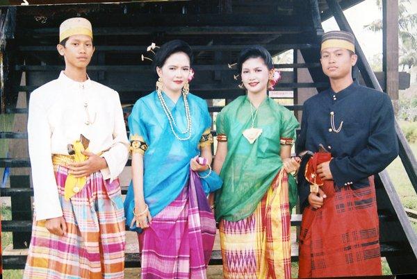 Sarung,dikenakan sebagai pakaian adat Suku Bugis di Sulawesi ©travelfoodfashion.com
