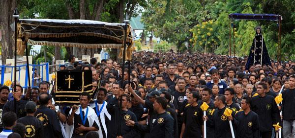 Perarakan Jumat Agung yang merupakan Puncak Semana Santa (indonesia.travel)