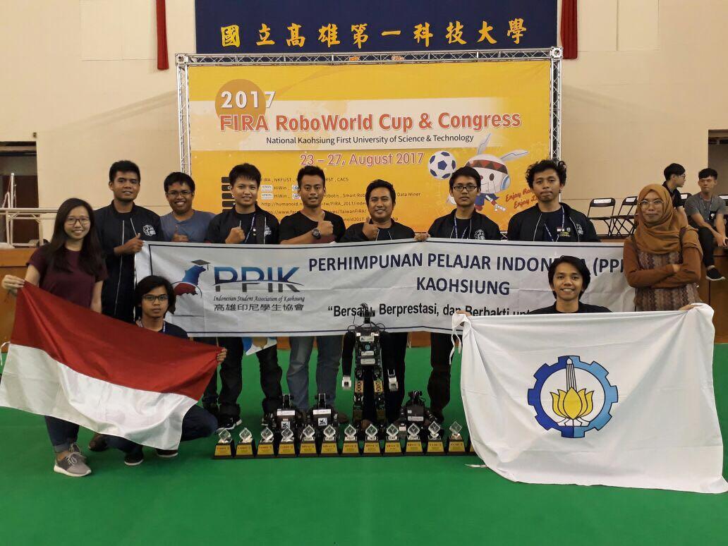 Tim Ichiro ITS bersama Perhimpinan Pelajar Indonesia di Taiwan dan deretan piala yang diraih (kemenristekdikti)