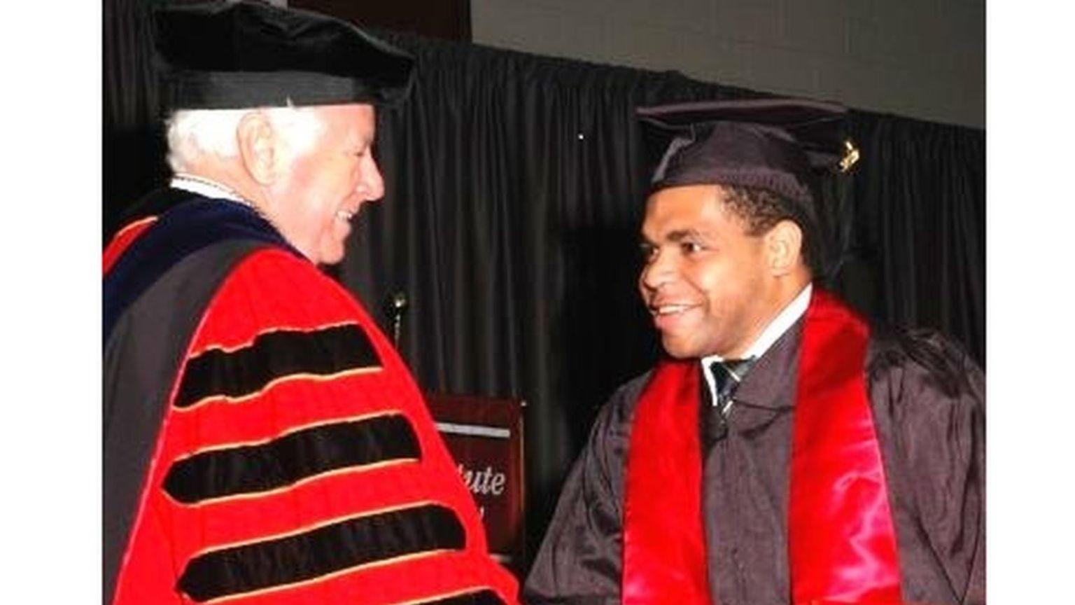 Oge ketika lulus dari jenjang S1 di Amerika Serikat (papuanews.org)