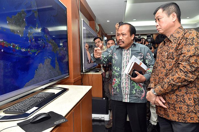 MEnteri ESDM, Ignatius Jonan saat meninjau aplikasi MAGMA Indonesia (esdm.go.id)