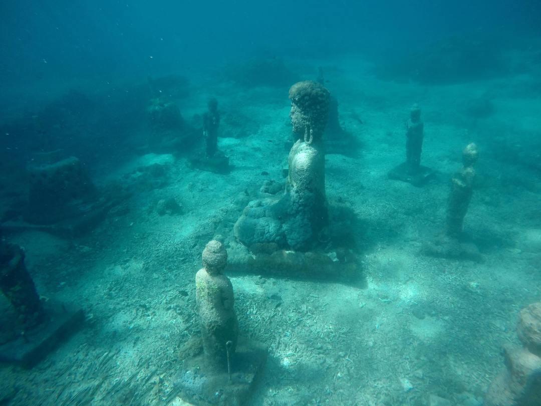 Sempat menjadi fenomena, patung - patung ini ternyata sengaja ditenggelamkan untuk kepentingan konservasi (wearetravelgirls.com)