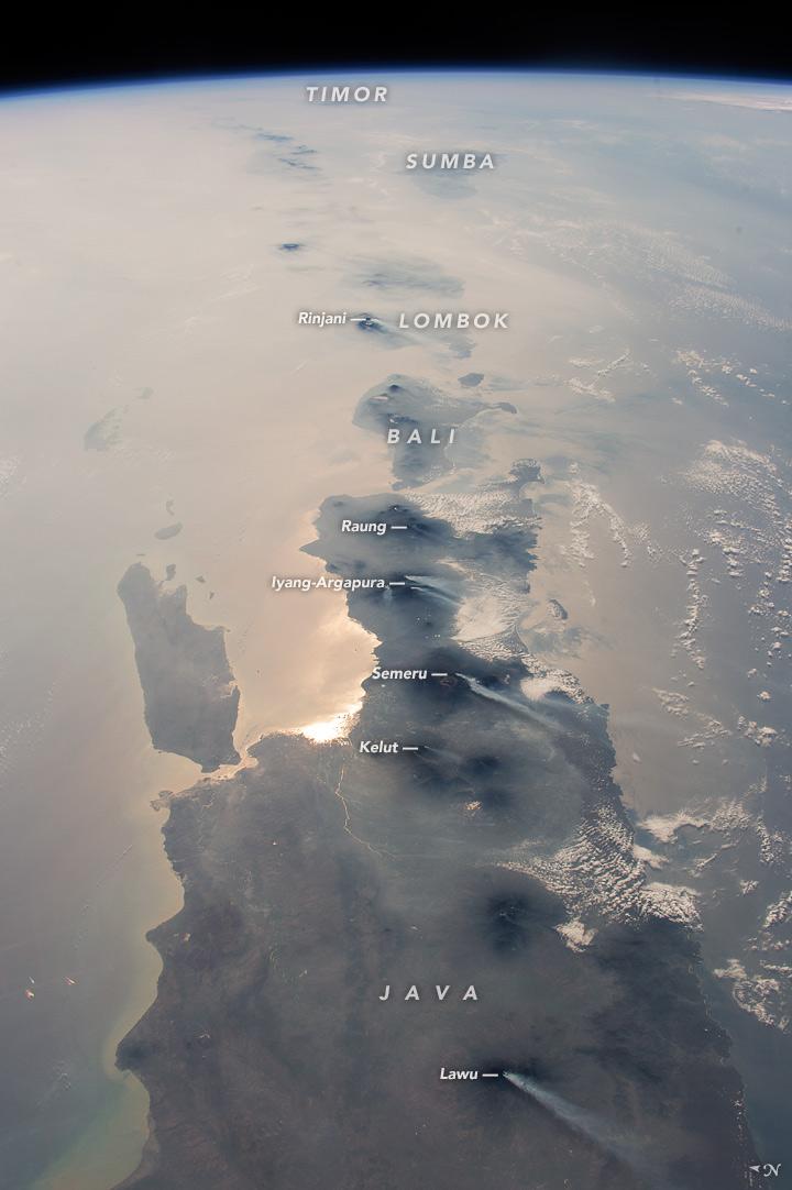 Kepuauan Indonesia yang dirilis oleh NASA Oktober 2015 silam (sumber : nasa.gov)
