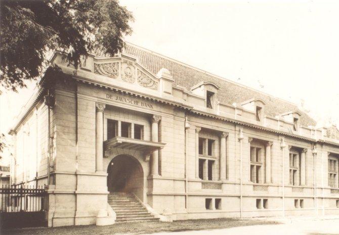 Kantor De Javasche Bank di Batavia pada 1930-an (sumber : abualbanie.wordpress.com