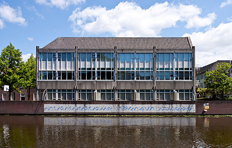 Gedung KITLV dengan penggalan aksara Elong - Bugis di tembok (kitlv.nl)