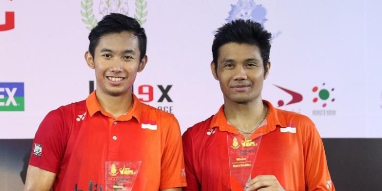 Berry Angriawan dan Rian Agus Saputro beserta tropi kemenangan (source: juara.net)