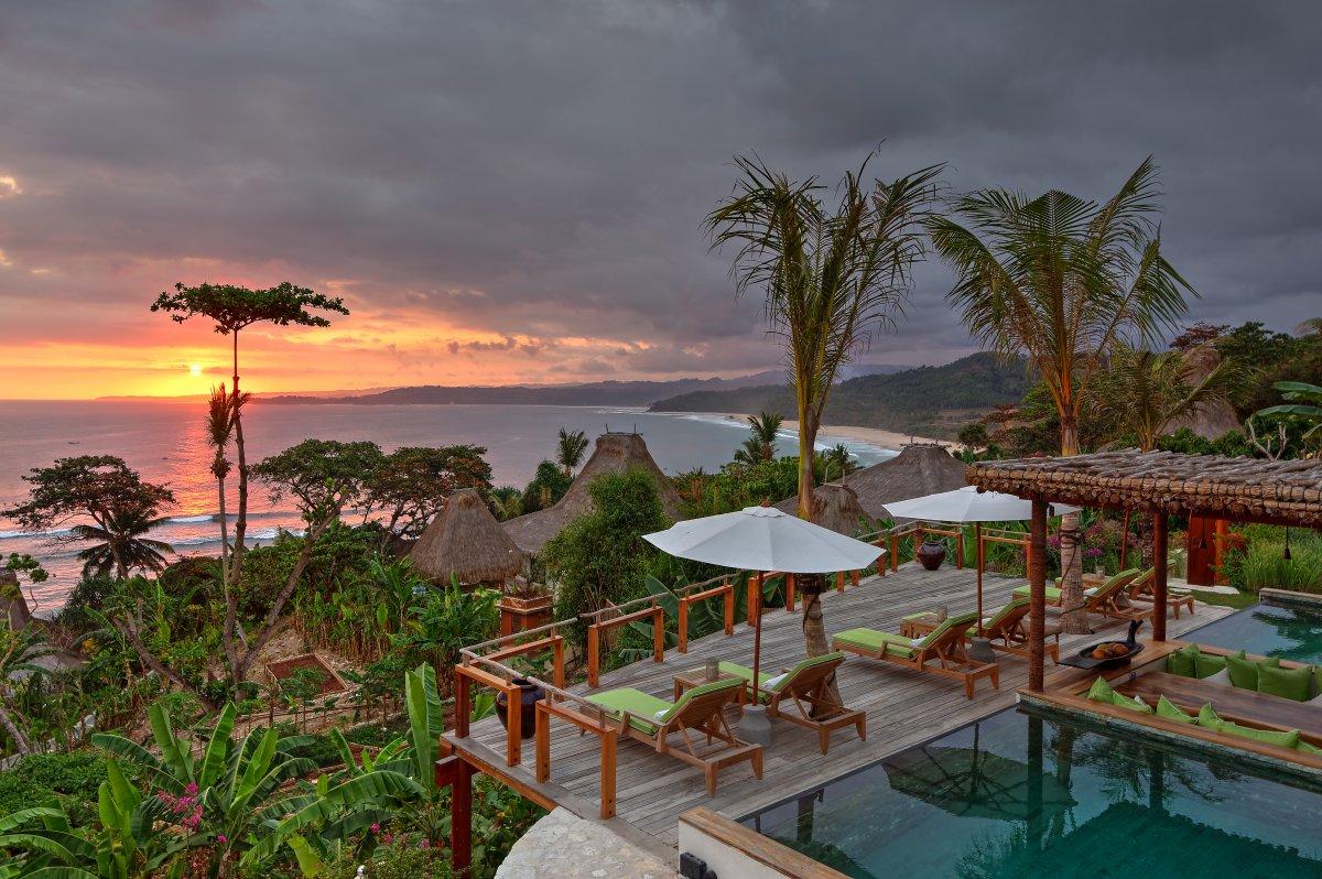 Pesona yang ditawarkan Nihiwatu berkelas dunia, ditunjang dengan alam dan eksotisme Pulau Sumba yang menawan (pursuitits.com)