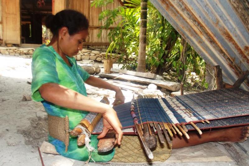 Tenun, salah satu bentuk kearifan lokal masyarakat Boti (source: tourism.nttprov.go.id)