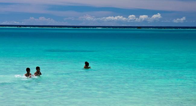 Air laut yang tenang dengan pemandangan yang meneduhkan (sumber : gosumatra.com)
