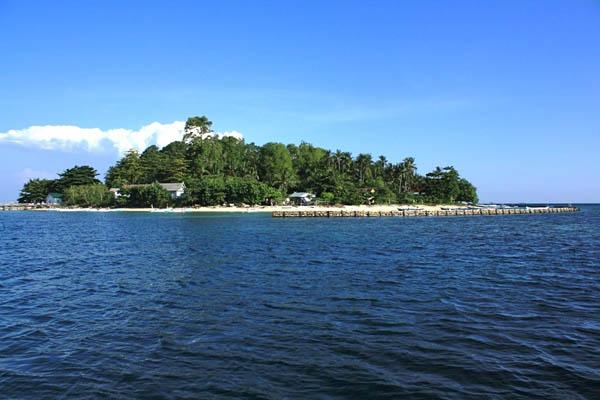 Pulau Polewali berada di Kabupaten Pangkep adalah satu dari 121 pulau yang berada di Kepulauan Spermonde. Pulau ini dan sejumlah pulau-pulau lain menjadi tempat wisata domestik, baik untuk rekreasi keluarga, penyelaman dan memancing. (mongabay.co.id)