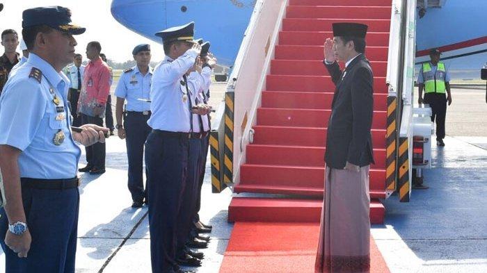 Potret Presiden RI Joko Widodo yang mengenakan sarung dalam kunjungannya di Jawa Tengah ©tribunnews