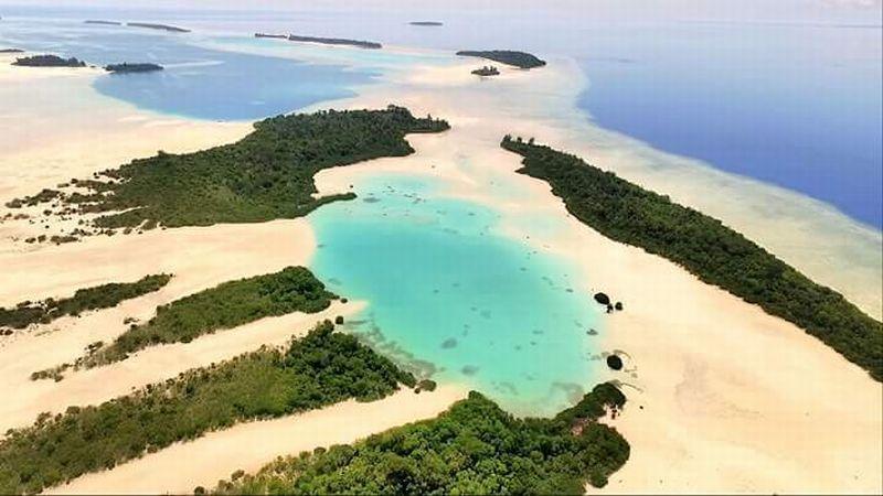 Keindahan pasir putihnya membuat pulau ini kerap disandingkan dengan Maldives (okezone.com)