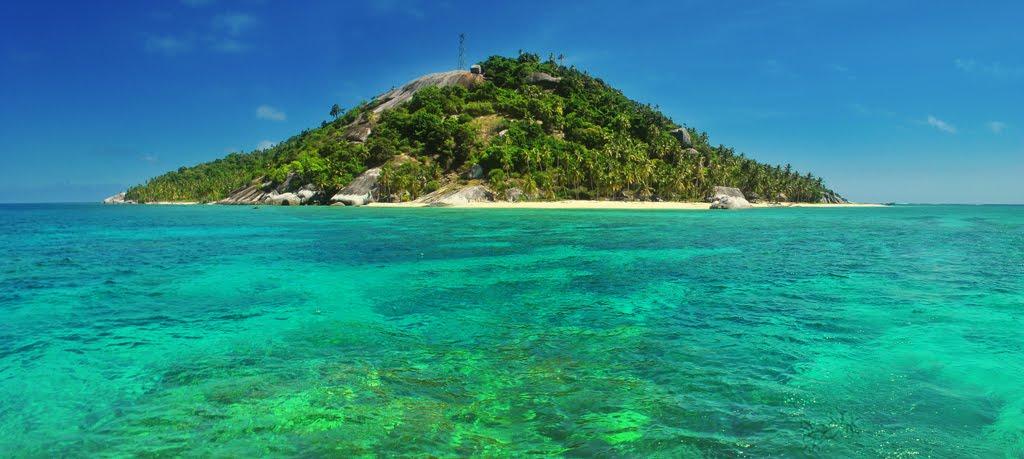 Pulau Semium, salah satu pulau terluar di peariran Natuna, Kepulauan Riau. Punya banyak potensi, rawan diakuisisi negara lain. (panoramio.info)
