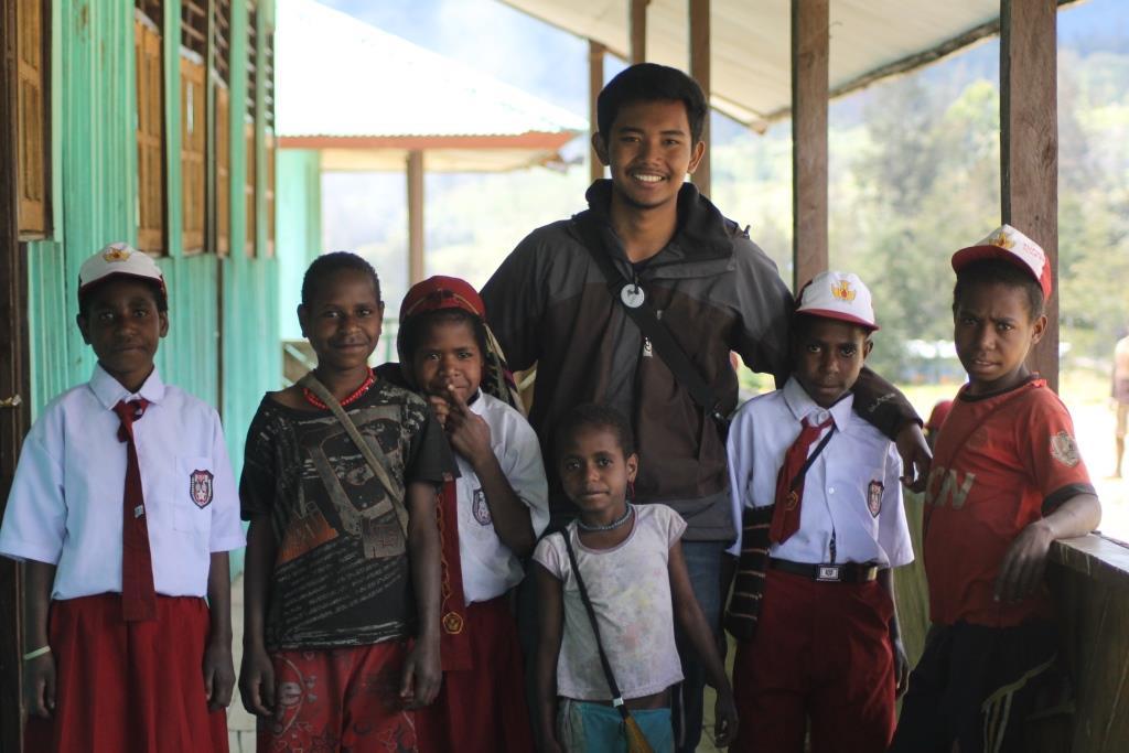 Penulis bersama anak-anak SD Inpres Ondogura @Tim KKN PPA 03 Ilaga 2015