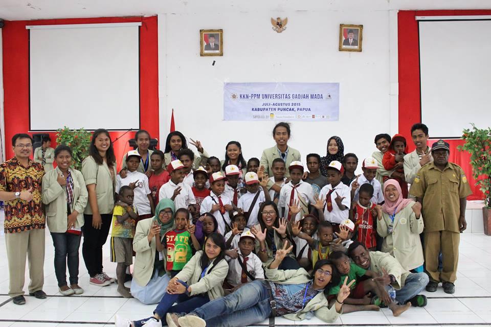 Kebersamaan Tim KKN Bersama Siswa SD Inpres Ondogura Setelah Mengikuti Acara Seminar Hasil KKN@Tim KKN PPA 03 Ilaga 2015