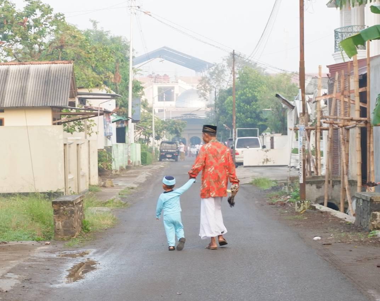 Di tiap pagi ied, warga desa Bajing, Kroya akan berduyun-duyun datang ke mesjid di ujung jalan Merak. Ada yang naik kendaraan dengan beragam plat nomor (mulai R, AB, B dll) IG: @k.yaumil